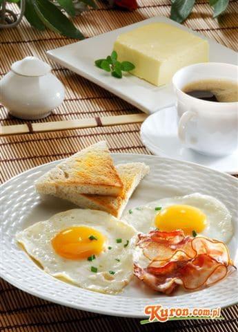 Jajka sadzone na boczku