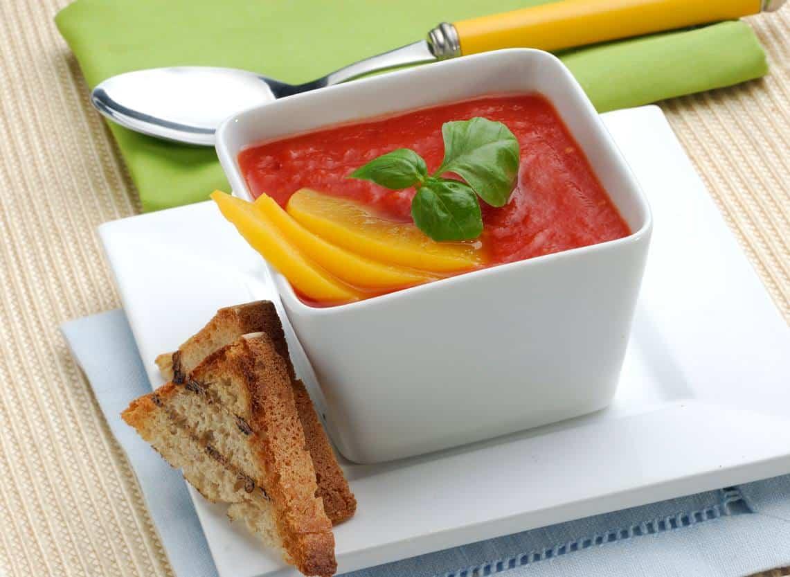 Letni chłodnik pomidorowy z brzoskwinią