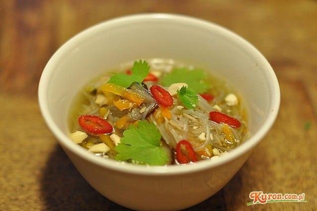 Orientalna zupa z kurczaka z imbirem, chilli i kolendrą