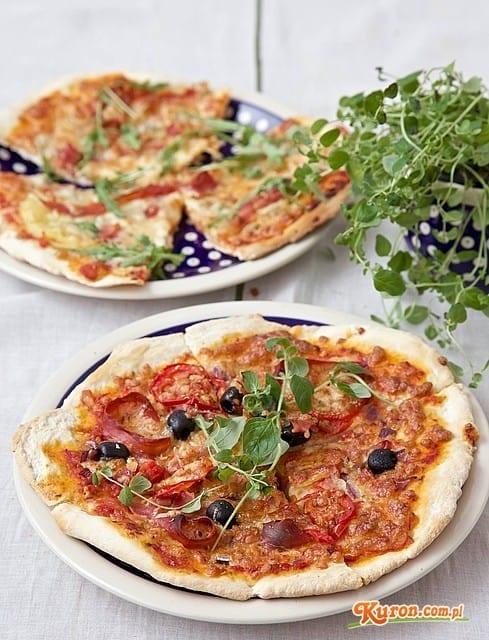 Pizza z szynką parmeńską i oliwkami