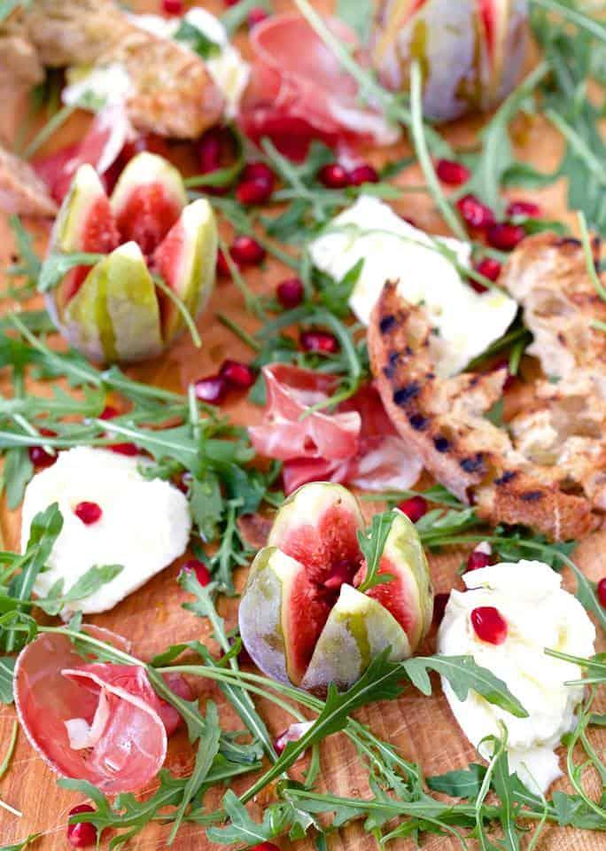 Sałatka z figami mozzarellą i szynką dojrzewającą