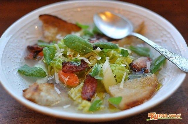 Zupa z włoskiej kapusty z szałwią i parmezanem
