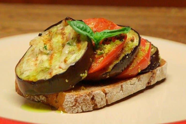 Bakłażan zapiekany z plastrami pomidorów i parmezanem