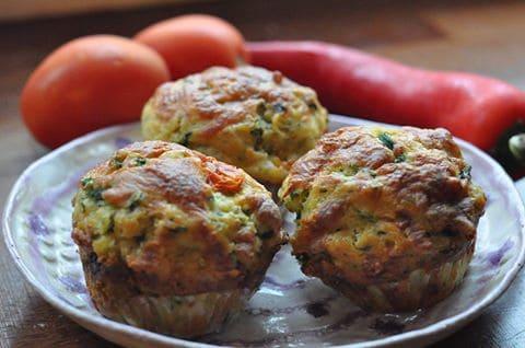 Muffinki z parmezanem natką pietruszki i pomidorem