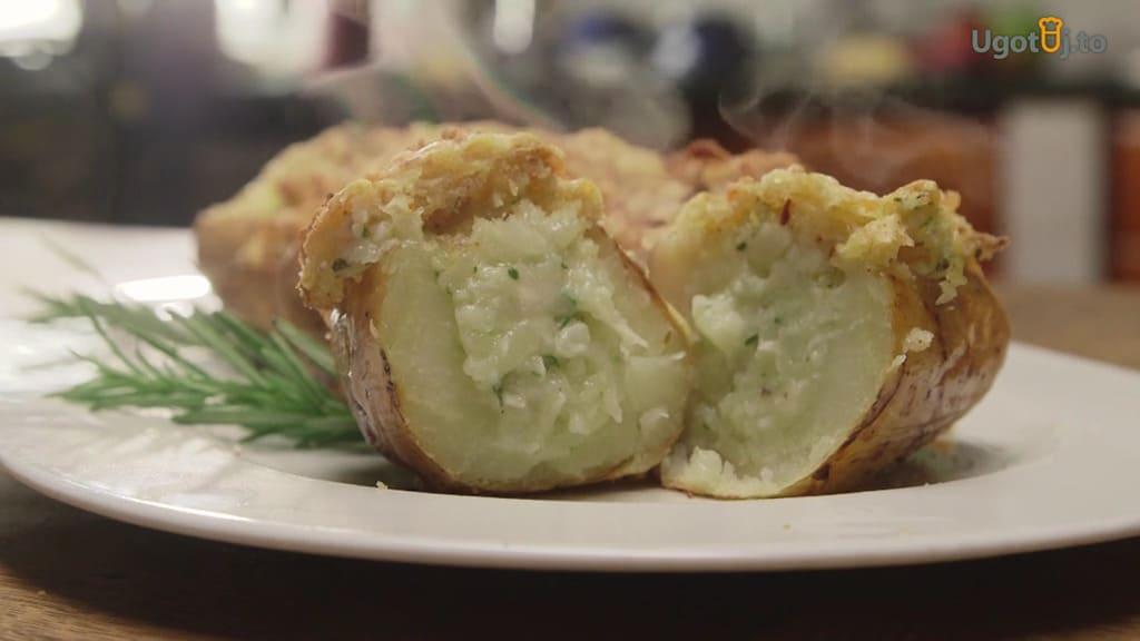 Młode ziemniaki zapiekane z cheddarem i anchois