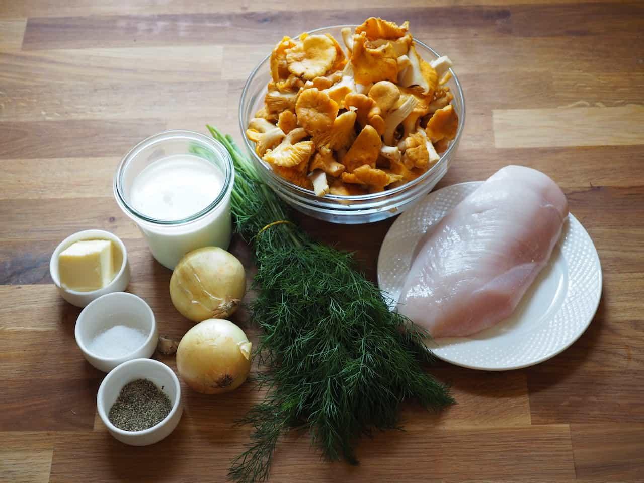 Kurki w śmietanie z kurczakiem Składniki: 300 g piersi z kurczaka 2 łyżki oleju roślinnego 1 łyżka masła 2 małe cebule 200 g kurek 200 ml śmietany 30% 2 łyżki posiekanego koperku sól, pieprz Przygotowanie: Kurczaka pokrój w niedużą kostkę, dopraw solą i pieprzem. Na patelni rozgrzej olej roślinny, usmaż mięso do uzyskania złotego koloru. Zdejmij kurczaka z patelni odstaw na bok, dodaj łyżkę masła i wsyp cebulę pokrojoną w kostkę. Podsmaż do 3-4 minuty, aż zmięknie i nabierze rumianego koloru. Następnie dodaj oczyszczone kurki. Smaż aż odparuje cały nadmiar wody, który pojawił się po wsypaniu grzybów na patelnie. Po tym czasie wlej śmietanę, dopraw sos solą i pieprzem. Kiedy nabierze odpowiedniej konsystencji, dodaj posiekany koperek. To danie najlepiej smakuje z plackami ziemniaczanymi z doda Kurki w śmietanie z kurczakiem. Przepis krok po kroku W lasach wysypało grzybami. Uwielbiam je zbierać oraz oczywiście jeść. Ostatnio nazbierałem trochę kurek, niezbyt dużo ale na skromną potrawę wystarczyło. Wybrałem swoją ulubioną kurki w śmietanie z kurczakiem. To danie najlepiej smakuje z chrupiącymi plackami ziemniaczanymi. Dla odmiany można je przygotować z dodatkiem płatków owsianych https://kuron.com.pl/przepisy/placki-ziemniaczano-owsiane/ Jajecznica z kurkami Moje pierwsze kulinarne wspomnienia z udziałem kurek to wyjazd do Kruczego Borka https://pl.wikipedia.org/wiki/Kruczy_Borek Byliśmy tam ze starszym bratem Jaśkiem i Babcią Krysią. Tak zasmakowała nam jajecznica z kurkami, że mocno prosiliśmy babcię aby nam taką przygotowała. Niestety stwierdziła, że to pracochłonne danie i przygotuje je jeżeli sami pójdziemy po grzyby. I tu szanowna babcia popełniła błąd, trzeba dodać, że byliśmy w wieku 6 i 8 lat. Udaliśmy się do pobliskiego lasku i po jakiś 2 godzinach nazbieraliśmy wystarczającą ilość kurek na jedną jajecznicę. Problem polegał na tym, że nazbieraliśmy najmniejsze mikroskopijne kurki w liczbie około 2 milionów. Babcia nie była pocieszona kiedy musiała je oczyśc