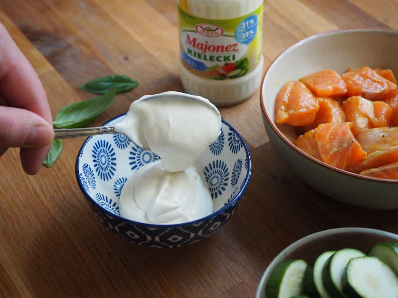 Szaszłyki z łososia z mango i sosem ziołowym