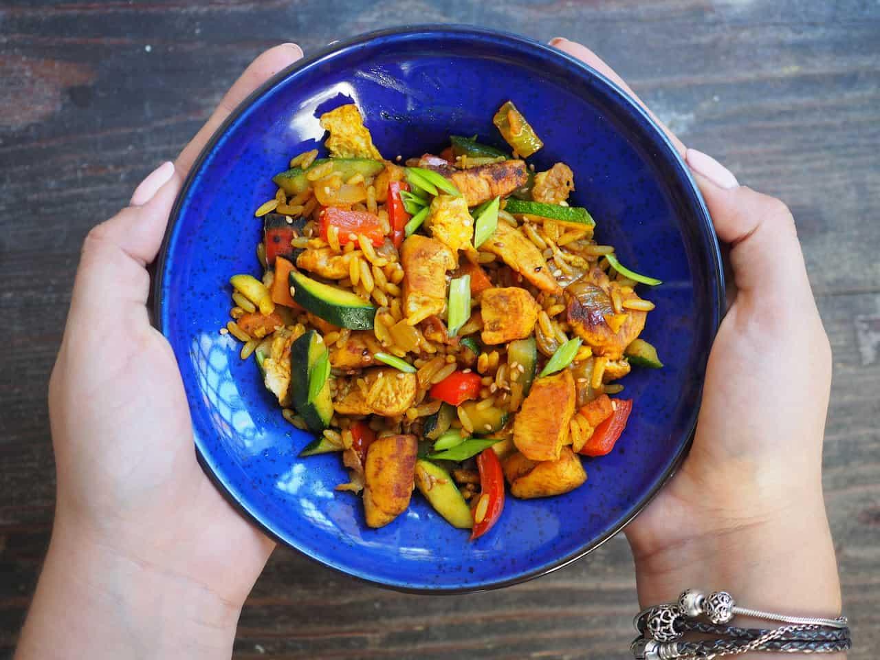 Ryż zasmażany z kurczakiem i warzywami