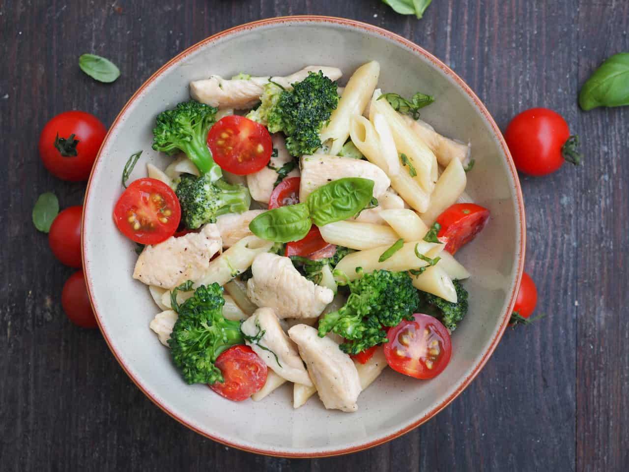 Makaron z kurczakiem i brokułem