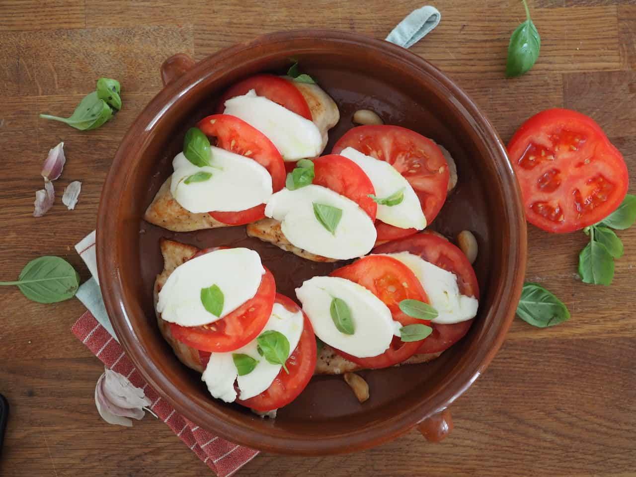 Pierś z kurczaka z pomidorem i mozarellą przed pieczeniem