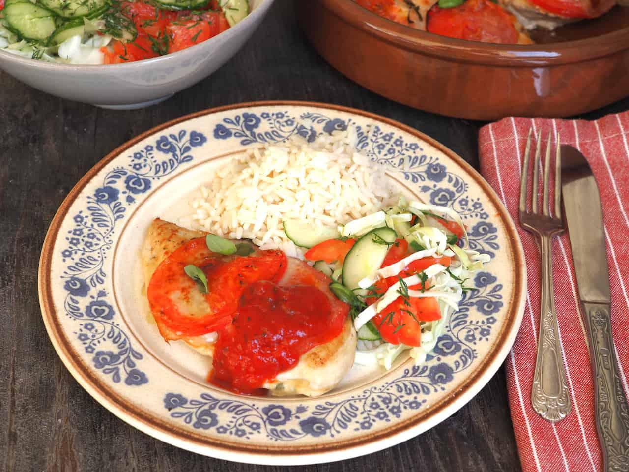 Pierś z kurczaka z pomidorem i mozarellą i ryżem