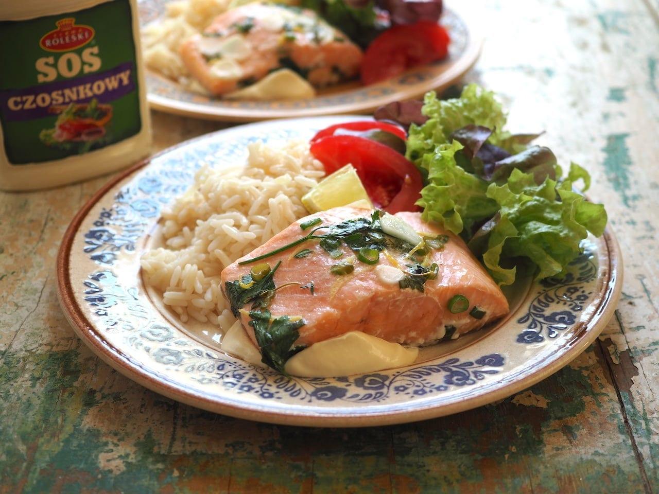 Ryba w papilotach z sosem czosnkowym