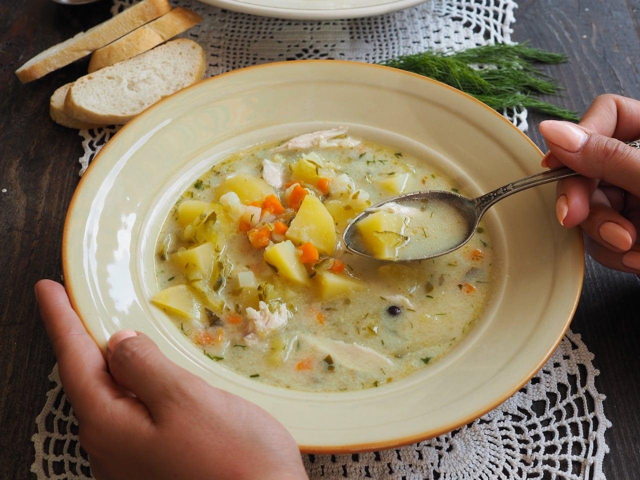 Idealna zupa ogórkowa w talerzu