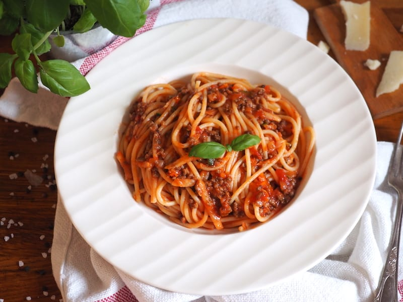 Błyskawiczny makaron z wołowiną i sosem pomidorowym
