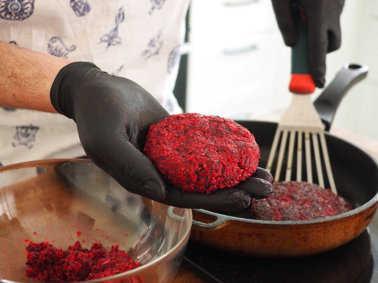 Formowanie Wegetariański burger z buraka i komosy ryżowej