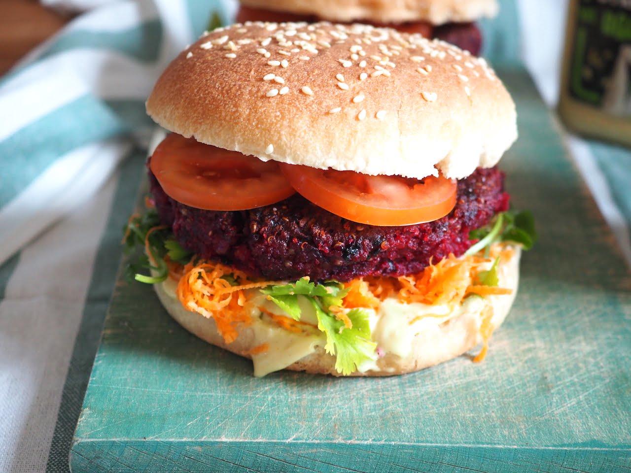gotowy Wegetariański burger z buraka i komosy ryżowej