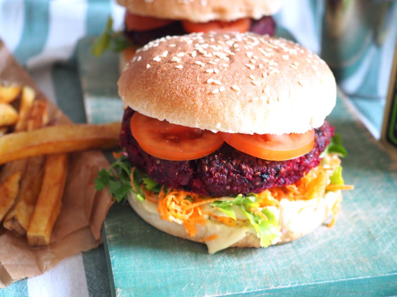 Wegetariański burger z buraka i komosy ryżowej z frytkami