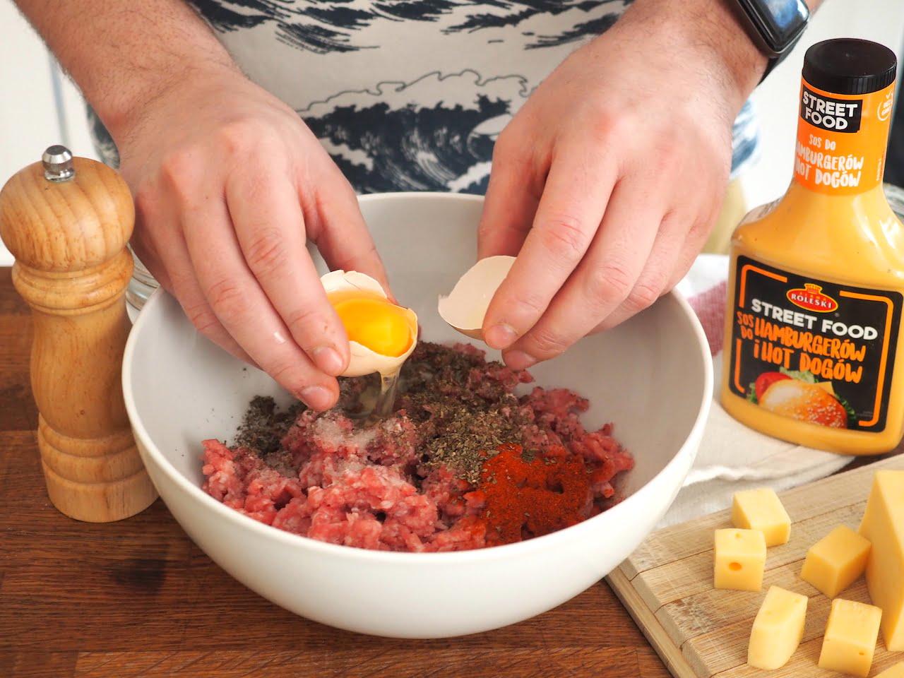 Pulpety faszerowane żółtym serem