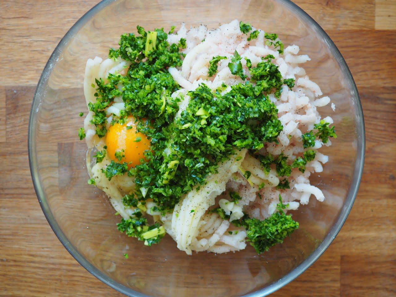 Kotlety rybne z sosem kaparowym