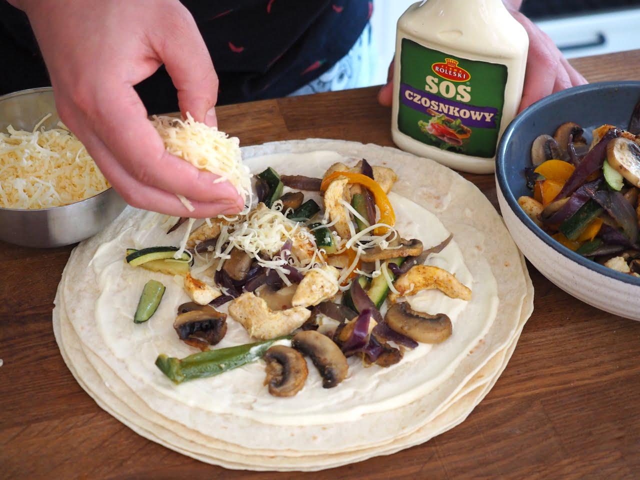 tortilla z sosem czosnkowym