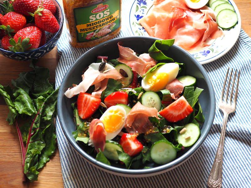 Sałatka z botwiny z jajkiem i szynką dojrzewającą