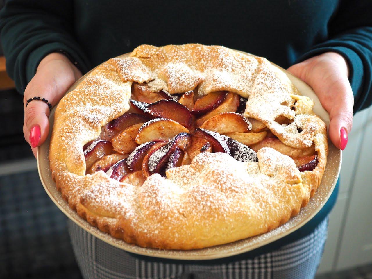 Rustykalna tarta ze śliwkami i jabłkiem