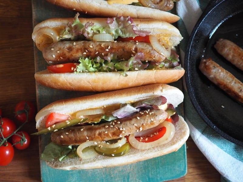 Hot dog z białą kiełbasą