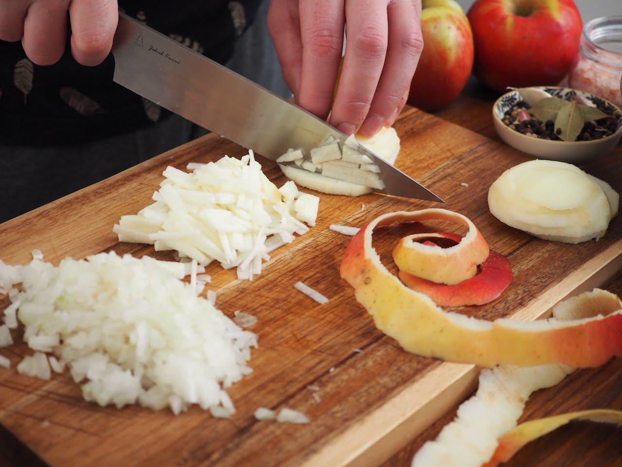 Sałatka ze śledziem i cebulą