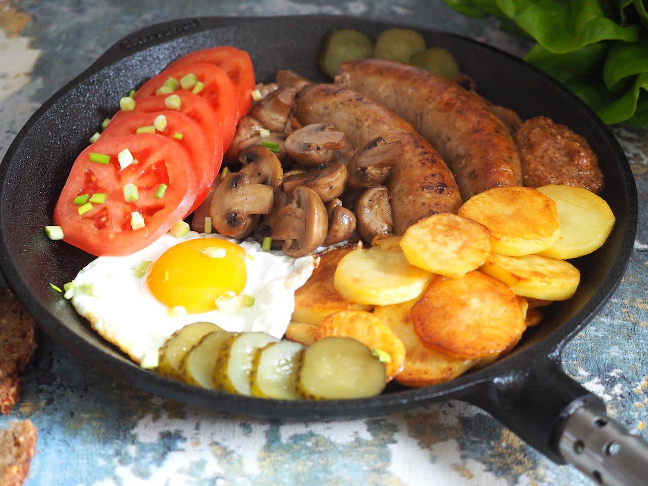 Polskie śniadanie z białą kiełbasą