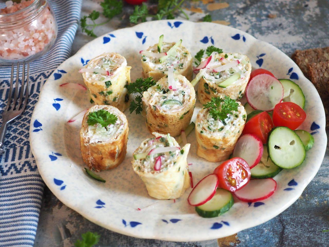 Roladki omletowe z ogórkiem i rzodkiewką